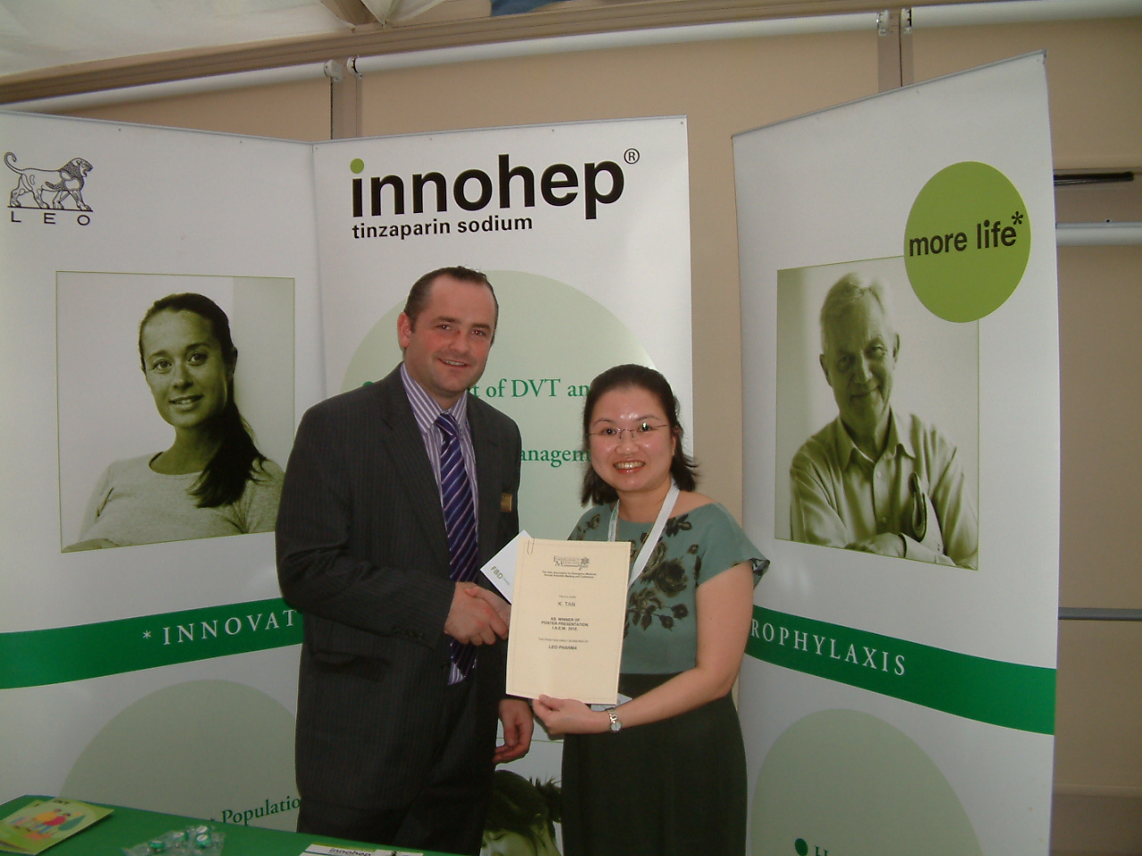 Ken McDonald of Leo Pharma presents Dr Kit Mun Tan (on the right) with her prize